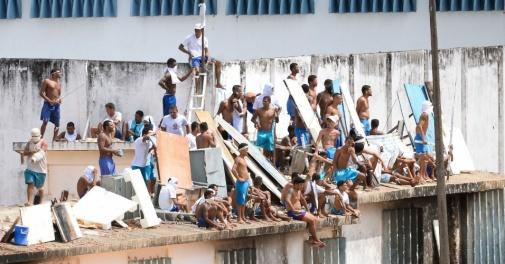 16jan2017-em-novo-motim-presos-sobem-nos-telhados-do-no-presidio-de-alcacuz-regiao-metropolitana-de-natal-rn-1484576861623_956x500